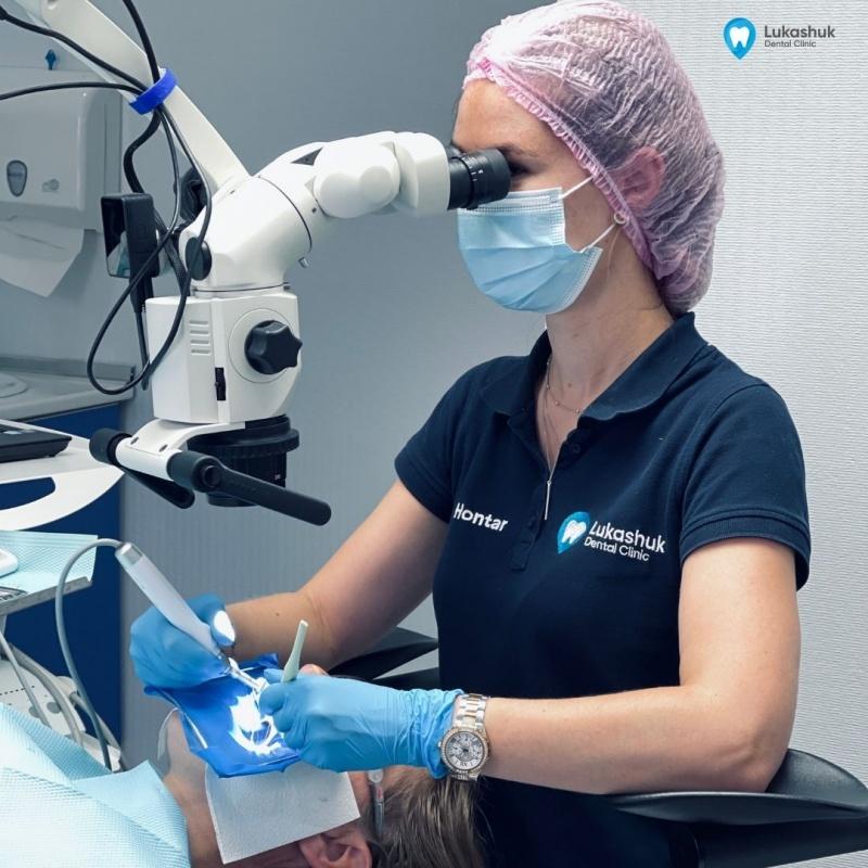 Стоматолог в работе